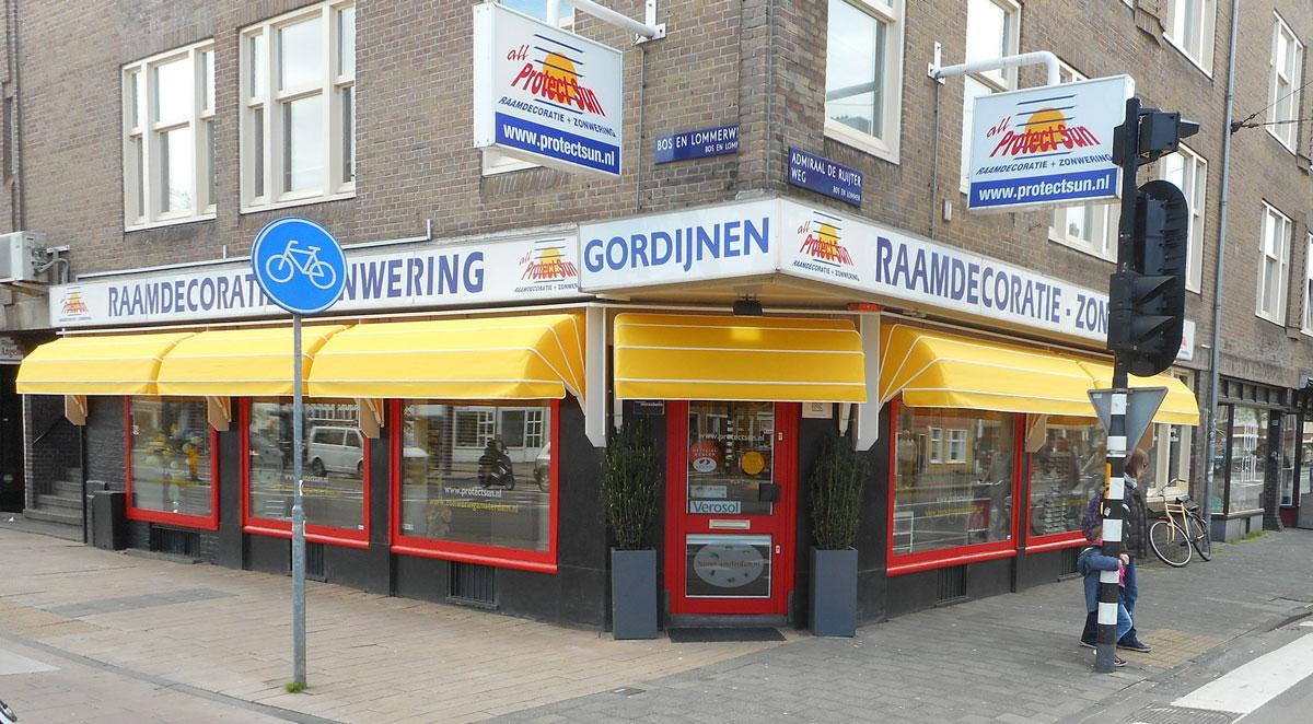 De showroom en winkel van Protect Sun zonwering en raamdecoratie aan de Bos en Lommerweg 152 Amsterdam west. Op de hoek van de Admiraal de Ruijterweg dicht bij de Haarlemmerweg.